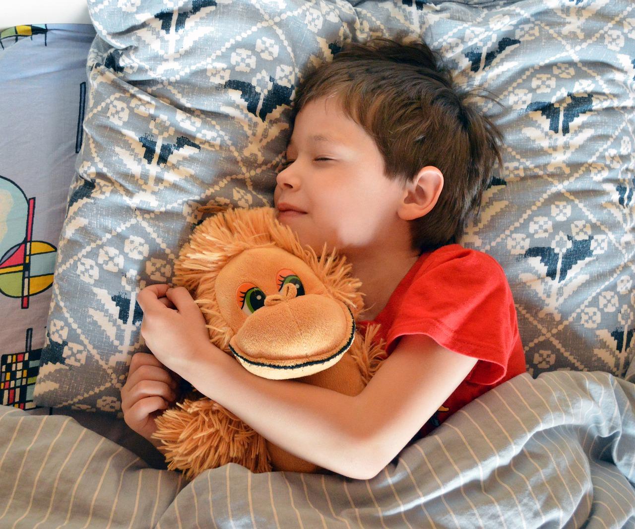 15 wskazówek i porad, które pomogą Twojemu dziecku dobrze spać w nocy.